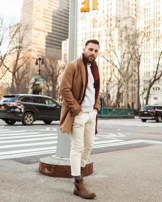 Cómo combinar: botines chelsea de cuero marrónes, vaqueros pitillo en beige, jersey con cuello circular en beige, abrigo largo marrón claro