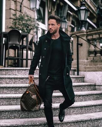 Cómo combinar: botines chelsea de cuero negros, vaqueros pitillo negros, jersey con cuello circular negro, abrigo largo negro