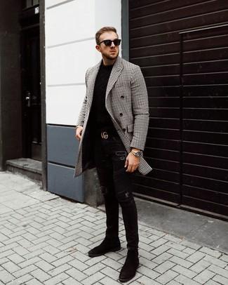 Cómo combinar: botines chelsea de ante negros, vaqueros pitillo desgastados negros, jersey con cuello circular negro, abrigo largo de cuadro vichy en negro y blanco