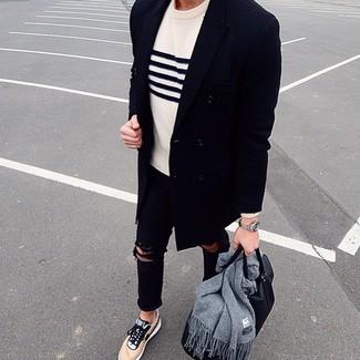 Cómo combinar: tenis marrón claro, vaqueros pitillo desgastados negros, jersey con cuello circular de rayas horizontales en blanco y azul marino, abrigo largo azul marino