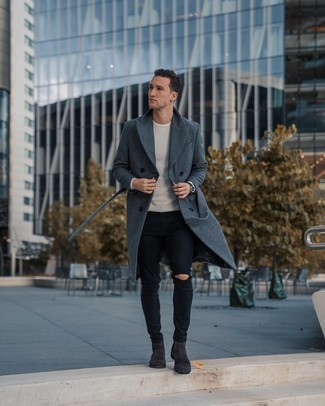 Combinar unos botines chelsea de ante en gris oscuro: Para crear una apariencia para un almuerzo con amigos en el fin de semana casa un abrigo largo en gris oscuro con unos vaqueros pitillo desgastados negros. Con el calzado, sé más clásico y elige un par de botines chelsea de ante en gris oscuro.