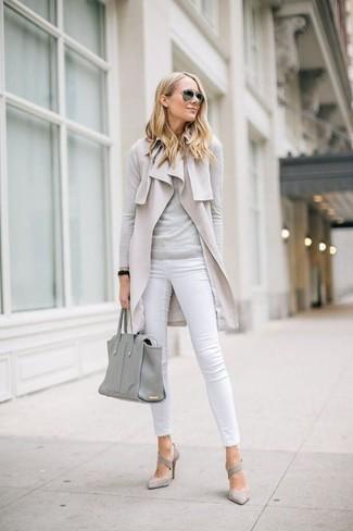 Cómo combinar: zapatos de tacón de ante grises, vaqueros pitillo blancos, jersey con cuello circular gris, abrigo sin mangas en beige