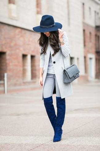 Cómo combinar: botas sobre la rodilla de ante azules, vaqueros pitillo grises, jersey con cuello circular de rayas horizontales gris, abrigo sin mangas gris