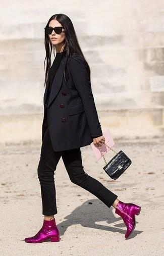 Cómo combinar: botines de lentejuelas rosa, vaqueros pitillo negros, jersey con cuello circular negro, blazer cruzado negro
