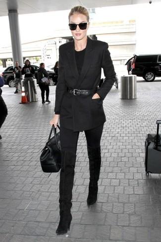 Cómo combinar: botas sobre la rodilla de ante negras, vaqueros pitillo negros, jersey con cuello circular negro, blazer cruzado negro