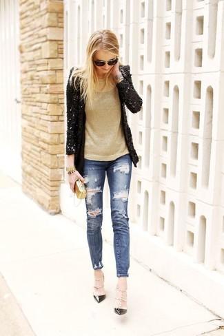 Cómo combinar: zapatos de tacón de cuero con tachuelas negros, vaqueros pitillo desgastados azules, jersey con cuello circular dorado, blazer de lentejuelas negro