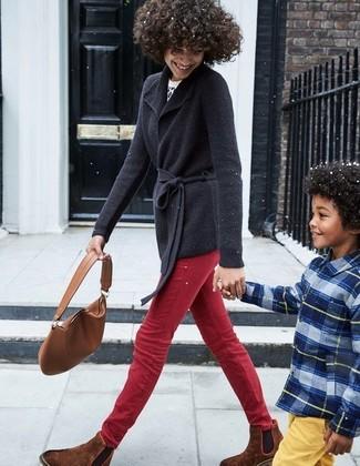 Cómo combinar: botines chelsea de ante marrónes, vaqueros pitillo rojos, jersey con cuello circular de leopardo en blanco y negro, cárdigan con cuello chal negro