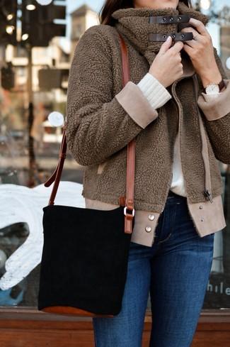 Cómo combinar: mochila con cordón de ante negra, vaqueros pitillo azules, jersey con cuello circular blanco, cazadora de aviador de forro polar marrón