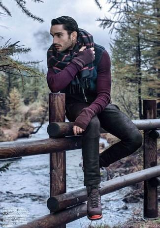 Cómo combinar: botas casual de ante morado, vaqueros pitillo negros, jersey con cuello circular morado, chaleco de abrigo azul marino