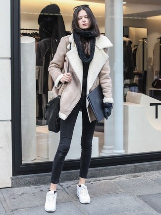 Combinar una chaqueta de piel de oveja en beige: Casa una chaqueta de piel de oveja en beige junto a unos vaqueros pitillo negros para una vestimenta cómoda que queda muy bien junta. ¿Quieres elegir un zapato informal? Haz tenis de cuero blancos tu calzado para el día.