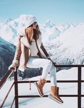 Combinar una chaqueta de piel de oveja en beige: Para un atuendo que esté lleno de caracter y personalidad considera emparejar una chaqueta de piel de oveja en beige junto a unos vaqueros pitillo blancos. Si no quieres vestir totalmente formal, elige un par de botas ugg marrón claro.