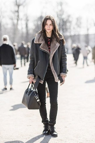 Cómo combinar: botas planas con cordones de cuero negras, vaqueros pitillo negros, jersey con cuello circular estampado en rojo y negro, chaqueta de piel de oveja negra