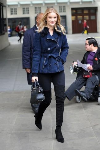 Cómo combinar: botas sobre la rodilla de ante negras, vaqueros pitillo negros, jersey con cuello circular negro, chaqueta de piel de oveja azul marino