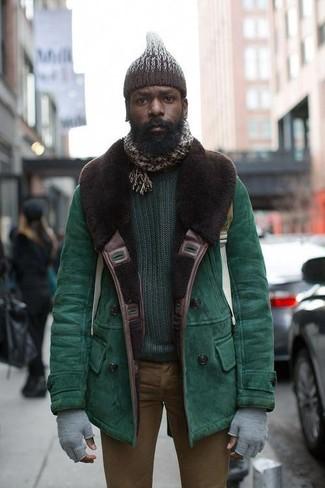 Cómo combinar: gorro de punto en marrón oscuro, vaqueros pitillo marrónes, jersey con cuello circular verde oscuro, chaqueta de piel de oveja verde