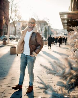 Cómo combinar: botas casual de cuero marrónes, vaqueros pitillo celestes, jersey con cuello circular blanco, chaqueta de piel de oveja marrón