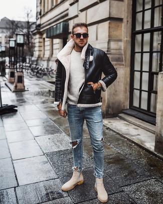Cómo combinar: botines chelsea de ante en beige, vaqueros pitillo desgastados celestes, jersey con cuello circular blanco, chaqueta de piel de oveja en negro y blanco