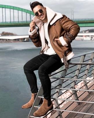 Combinar unos vaqueros pitillo negros: Para un atuendo que esté lleno de caracter y personalidad haz de una chaqueta de piel de oveja marrón y unos vaqueros pitillo negros tu atuendo. Con el calzado, sé más clásico y opta por un par de botines chelsea de ante marrónes.