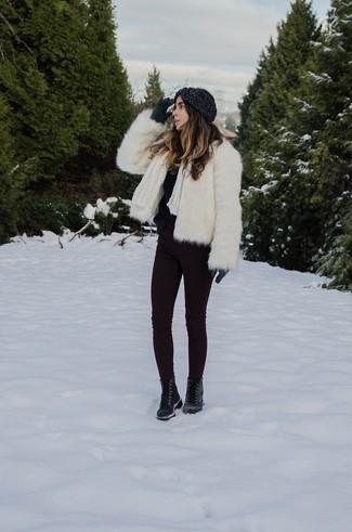 Cómo combinar: botas planas con cordones de cuero negras, vaqueros pitillo morado oscuro, jersey con cuello circular de angora negro, chaqueta de piel blanca