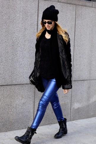 Cómo combinar: botines de cuero negros, vaqueros pitillo de cuero azules, jersey con cuello circular de angora negro, chaqueta de piel negra