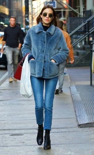 Cómo combinar: botines con cordones de cuero negros, vaqueros pitillo azules, jersey con cuello circular azul marino, chaqueta de piel azul