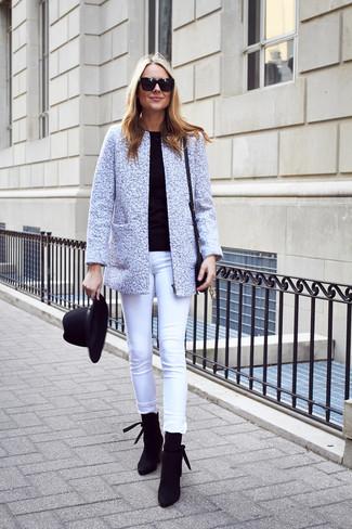 Cómo combinar: botines de ante negros, vaqueros pitillo blancos, jersey con cuello circular negro, chaqueta de tweed gris
