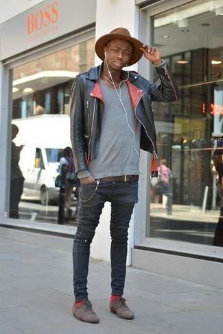 Cómo combinar: zapatos oxford de ante en marrón oscuro, vaqueros pitillo negros, jersey con cuello circular gris, chaqueta motera de cuero negra