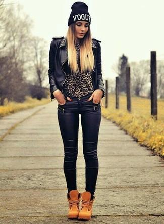 Cómo combinar: botas planas con cordones de nubuck marrón claro, vaqueros pitillo de cuero negros, jersey con cuello circular de leopardo marrón, chaqueta motera de cuero con tachuelas negra