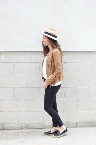 Cómo combinar: alpargatas de cuero negras, vaqueros pitillo negros, jersey con cuello circular blanco, chaqueta motera de cuero marrón claro