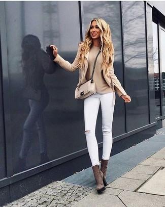 Cómo combinar: botines de ante marrónes, vaqueros pitillo desgastados blancos, jersey con cuello circular en beige, chaqueta motera en beige