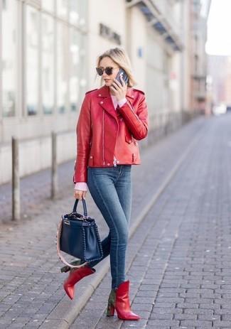 Cómo combinar: botines de cuero rojos, vaqueros pitillo azul marino, jersey con cuello circular rosado, chaqueta motera de cuero roja