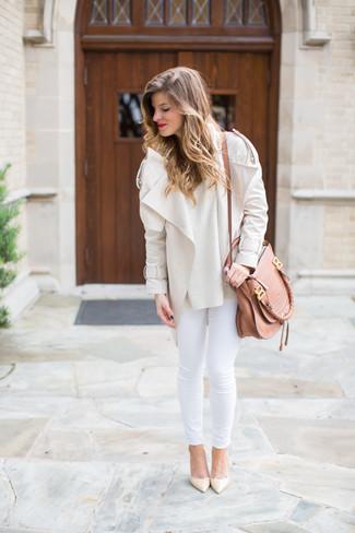 Cómo combinar: zapatos de tacón de cuero en beige, vaqueros pitillo blancos, jersey con cuello circular en beige, chaqueta motera en beige