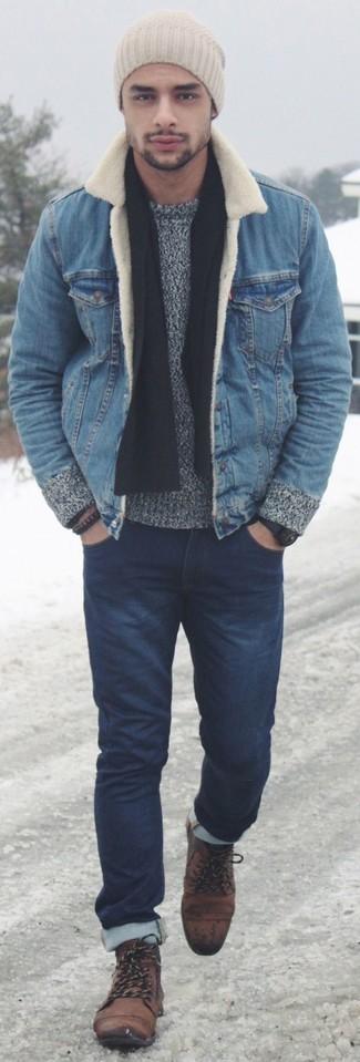Cómo combinar: botas casual de ante marrónes, vaqueros pitillo azul marino, jersey con cuello circular gris, chaqueta vaquera azul