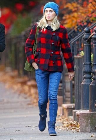 Cómo combinar: botas ugg azul marino, vaqueros pitillo azules, jersey con cuello circular negro, chaquetón de tartán rojo