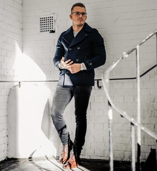 Cómo combinar: botas brogue de cuero marrónes, vaqueros pitillo negros, jersey con cuello circular gris, chaquetón azul marino