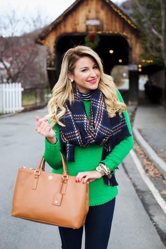 Cómo combinar: bolsa tote de cuero marrón claro, vaqueros pitillo azul marino, jersey con cuello circular verde, jersey de cuello alto de rayas horizontales en azul marino y blanco