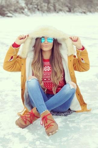 Cómo combinar: botas ugg marrón claro, vaqueros pitillo desgastados celestes, jersey con cuello circular de grecas alpinos rojo, parka marrón claro