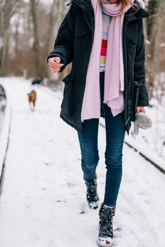 Combinar un jersey con cuello circular de rayas horizontales en multicolor: Para un atuendo que esté lleno de caracter y personalidad utiliza un jersey con cuello circular de rayas horizontales en multicolor y unos vaqueros pitillo azul marino. ¿Quieres elegir un zapato informal? Haz botas para la nieve de ante negras tu calzado para el día.