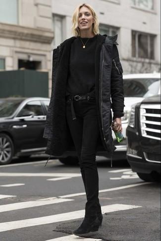 Cómo combinar: botines de ante negros, vaqueros pitillo negros, jersey con cuello circular negro, parka negra