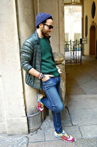 Cómo combinar: deportivas en multicolor, vaqueros pitillo azules, jersey con cuello circular verde, plumífero verde oscuro