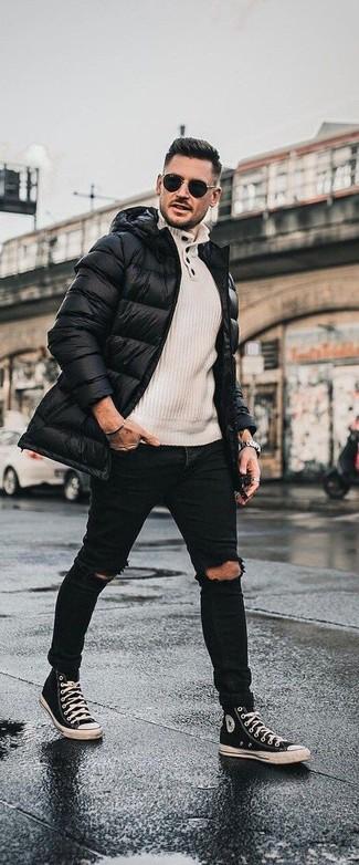 Cómo combinar: zapatillas altas de lona en negro y blanco, vaqueros pitillo desgastados negros, jersey con cuello henley en beige, abrigo de plumón negro