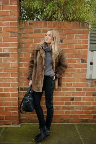 Cómo combinar: botines chelsea de cuero negros, vaqueros pitillo negros, jersey con cuello vuelto holgado gris, abrigo de piel marrón