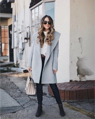 Cómo combinar: botines de ante negros, vaqueros pitillo negros, jersey con cuello vuelto holgado blanco, abrigo gris
