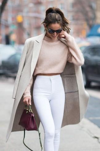 Cómo combinar: bolso bandolera de cuero morado, vaqueros pitillo blancos, jersey corto en beige, abrigo en beige