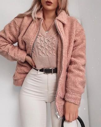 Cómo combinar: bolsa tote de cuero negra, vaqueros pitillo blancos, jersey corto rosado, cazadora de aviador de forro polar rosada