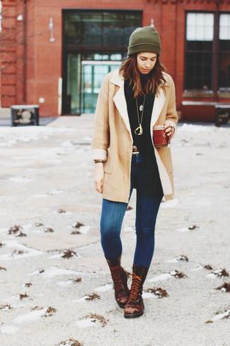 Cómo combinar: botas planas con cordones de cuero en marrón oscuro, vaqueros pitillo azules, jersey de cuello alto negro, abrigo de piel de oveja en beige