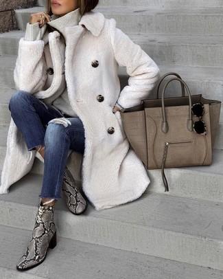 Cómo combinar: botines de cuero con print de serpiente grises, vaqueros pitillo desgastados azul marino, jersey de cuello alto gris, abrigo de piel blanco