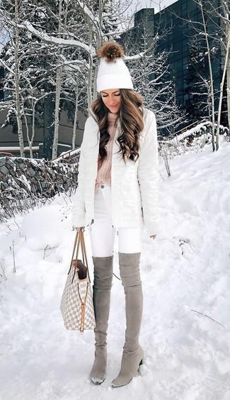 Cómo combinar: botas sobre la rodilla de ante grises, vaqueros pitillo blancos, jersey de cuello alto de punto rosado, abrigo de plumón blanco