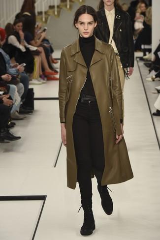 Cómo combinar: botas planas con cordones de ante negras, vaqueros pitillo negros, jersey de cuello alto negro, abrigo de cuero verde oliva