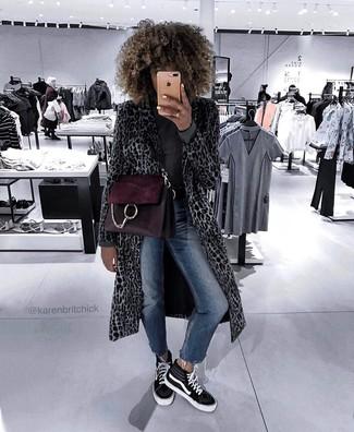 Cómo combinar: zapatillas altas de lona en negro y blanco, vaqueros pitillo azul marino, jersey de cuello alto en gris oscuro, abrigo de leopardo gris