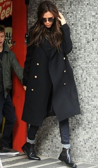 Cómo combinar: botines chelsea de cuero negros, vaqueros pitillo negros, jersey de cuello alto negro, abrigo negro